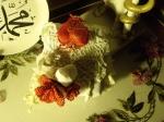 Dantel ve iğne oyası çiçekli kutu