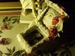 Dantel ve iğne oyası çiçekli kutu.