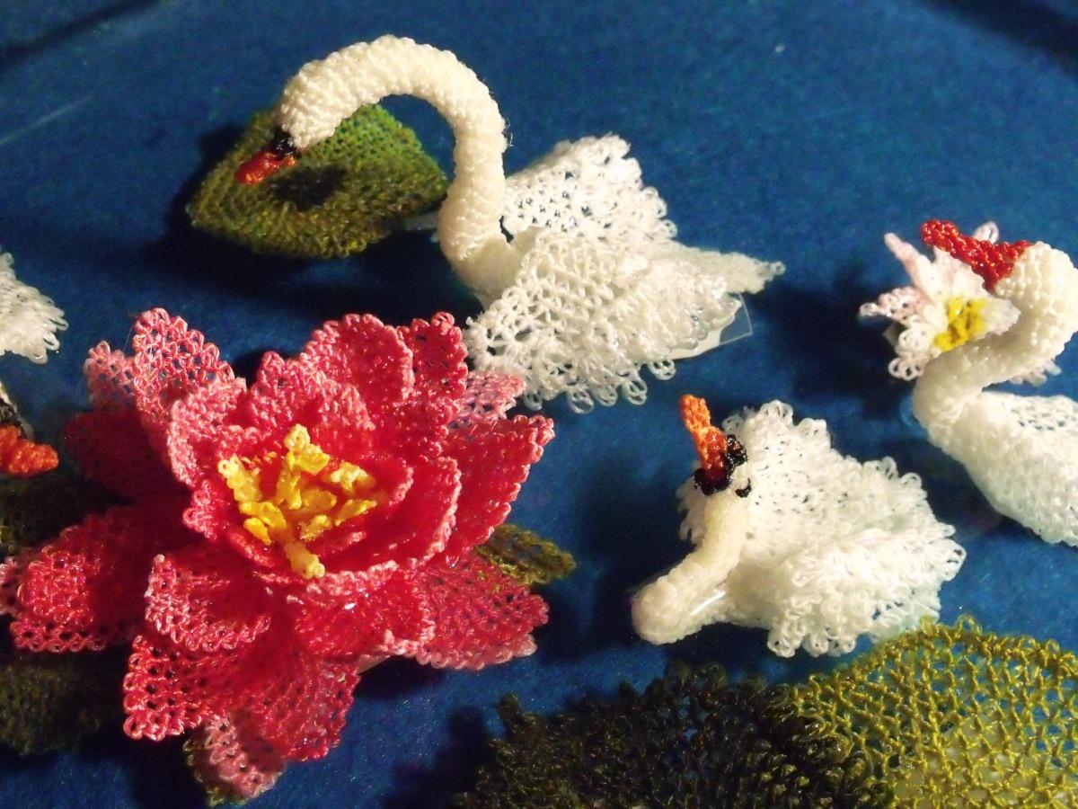 Nilüfer çiçekleri ve Kuğu.